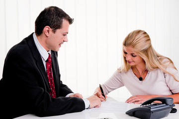 Frau unterschreibt einen Vertrag in einem Büro