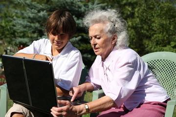 partage et apprentissage devant un ordinateur