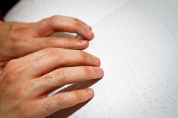 leyendo braille