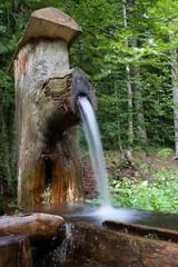 Holz- Brunnen mit fließendem Wasser
