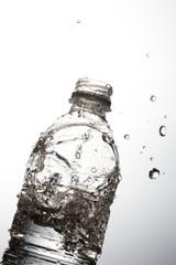 ペットボトルと水
