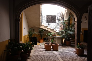 Spanischer Innenhof photos illustrations et vidéos de par glogge