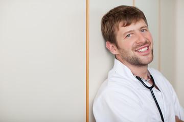 lächelnder arzt im krankenhaus