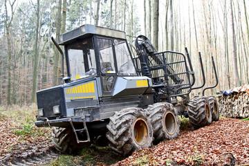 Holzrückemaschine im Wald