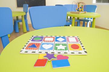Juguetes sobre mesas de guarderia