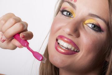 bellezza  italiana con sorriso e spazzolino