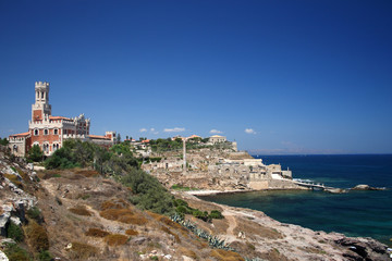 Fototapete - Portopalo-Paesaggio con vecchia tonnara e castello