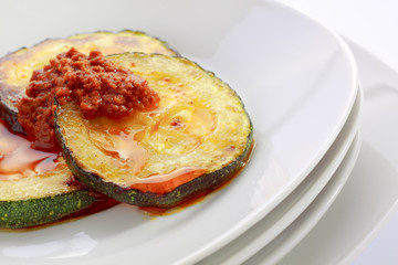 Fried slices of courgette with sauce