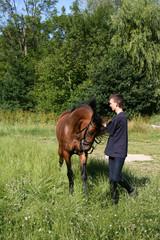 Junger Mann mit Reitpferd