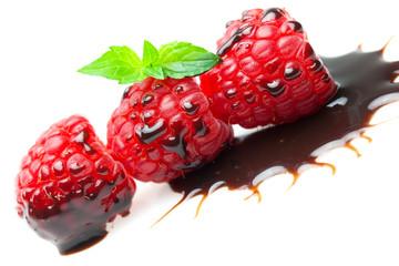 Himbeeren und Schokoladensauce