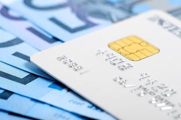 carta di credito con banconote