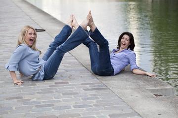 deux amies femme décalée en bleu jouant