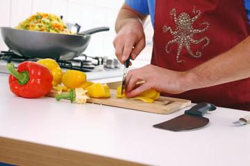 junger mann kocht in der küche