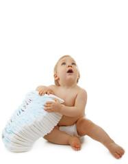 bébé assis et tas de couches