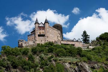 Burg auf dem Berg bei blauem Himmel
