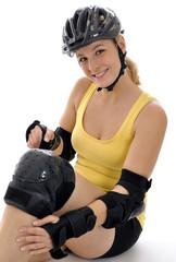 Junge Frau mit Protektoren und Helm