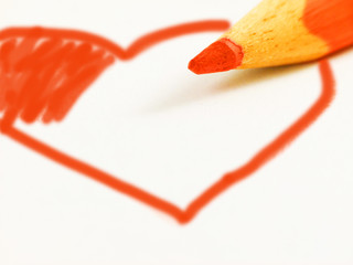 Rotes Herz mit Buntstift