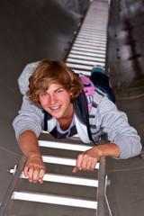 Junge klettert Leiter hoch 715