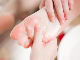 détail pied mains femme - concept soin du corps spa
