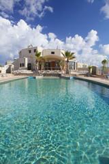 piscina con cielo blu