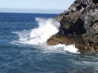 El mar golpea