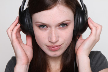 Frau mit Kopfhoerern