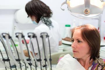 femme chez l'odontologue