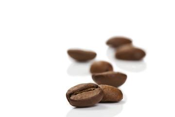 kaffeebohne vor anderen auf weissem hintergrund