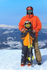 Foto auf AluDibond Wintersport Father and Son Skiers