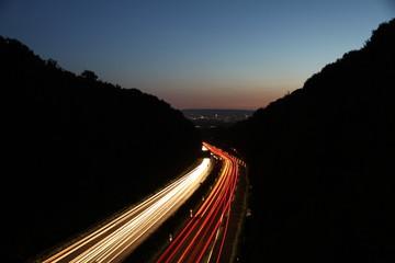Autobahn in der Dämmerung