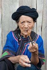 Alte Frau raucht Pfeife