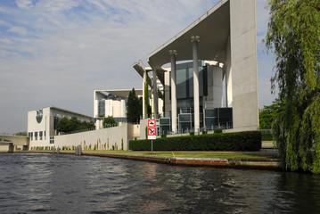 Bundeskanzleramt in Berlin von der Spree aus gesehen