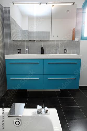 Salle de bain grise et bleu turquoise\