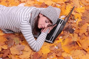 schlafen in der natur auf dem laptop