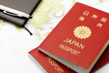 パスポートと手帳と地図