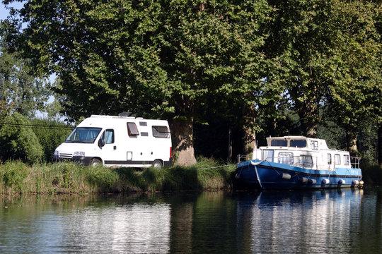 Camping-car et bateau