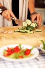 in der Küche - Gurke schneiden