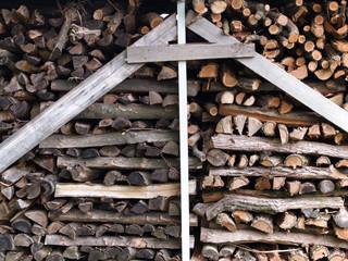 Brennholz gestapelt