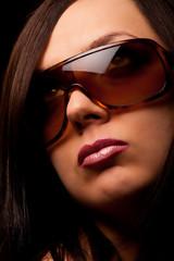 Ritratto di una donna con occhiali da sole