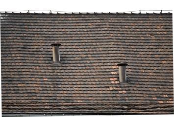 Graifczny obraz kominów miejskich na dachu