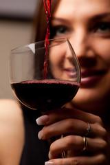 Donna che versa il vino nel calice