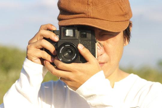 写真撮影をする男性