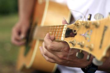 les doigts sur la guitare