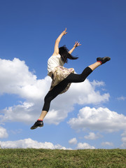 青空にジャンプする女性