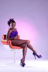 Afrikanische Frau nackt auf Sessel