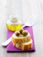 Oliven und Baguette