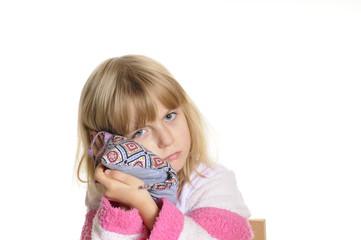 Kleines Mädchen hat Ohrenschmerzen