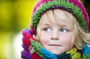 Junge mit Schal und Mütze