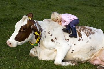 Kind auf Kuh