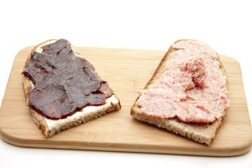 Wurstbrot und Marmelade Brot